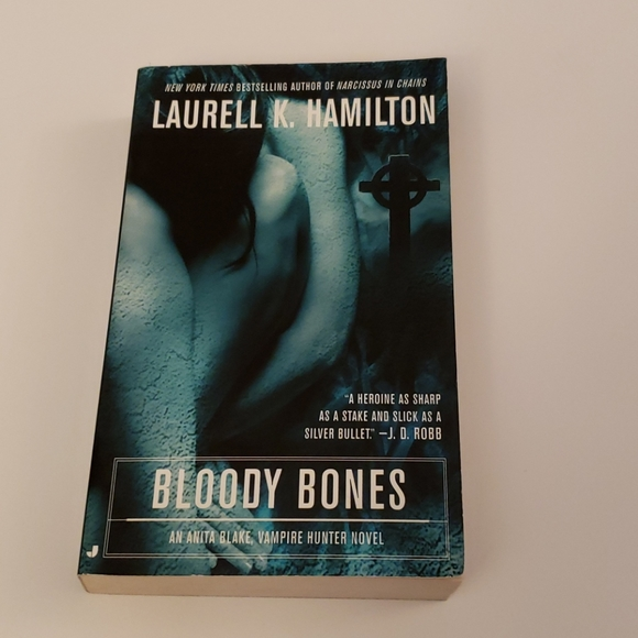 📚 5 for $20 Laurell K. Hamilton, Bloody Bones